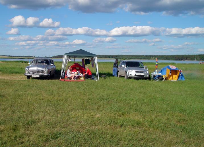 Палаточный лагерь расположен на берегу живописного озера