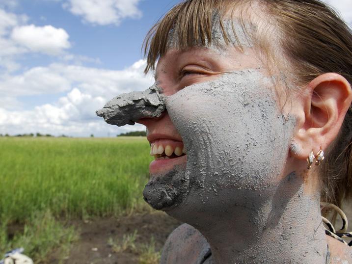 Лечиться грязью на Завьяловских озёрах полезно и весело
